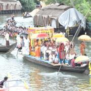 07_An-den-Festlichkeiten-des-Landes-teilhaben-Vorbereitungen-für-das-Schlangenbootrennen