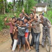 13_Auch-die-Dorfkinder-sind-begeistert-neue-Freunde-kennenzulernen