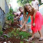 BASIS Reisen Indien, Familien-Reise, Gemeinsames Blumen pflanzen