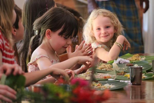 BASIS Reisen Indien Familien-Reise, mit Händen essen