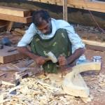 Sven bei Reperaturarbeiten am Schlangenboot