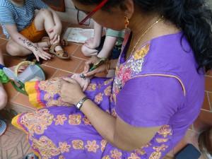 Henna malen bei Kindern in Kerala/Indien (c) MKluin